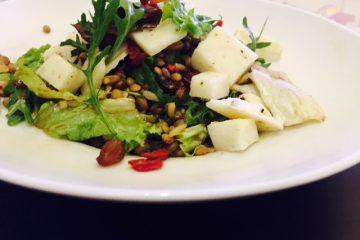 Εύκολη και δροσερή σαλάτα με superfruits