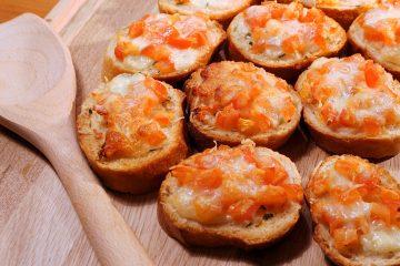 μπρουσκέτα μοτσαρέλας και ντομάτα πάρε μαζι σου στη παραλία jonakos.gr