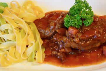 Κοκκινιστό μοσχαρι σάλτσα κοκκινιστό jonakos.gr