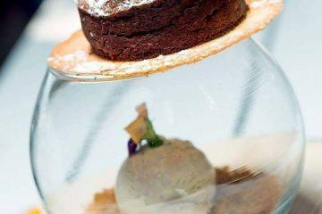Σουφλέ με υγρή λάβα σοκολάτας πάνω σε τραγανό μπισκότο αμυγδάλου - Pastry Chef Δημήτρης Ταρατσίδης